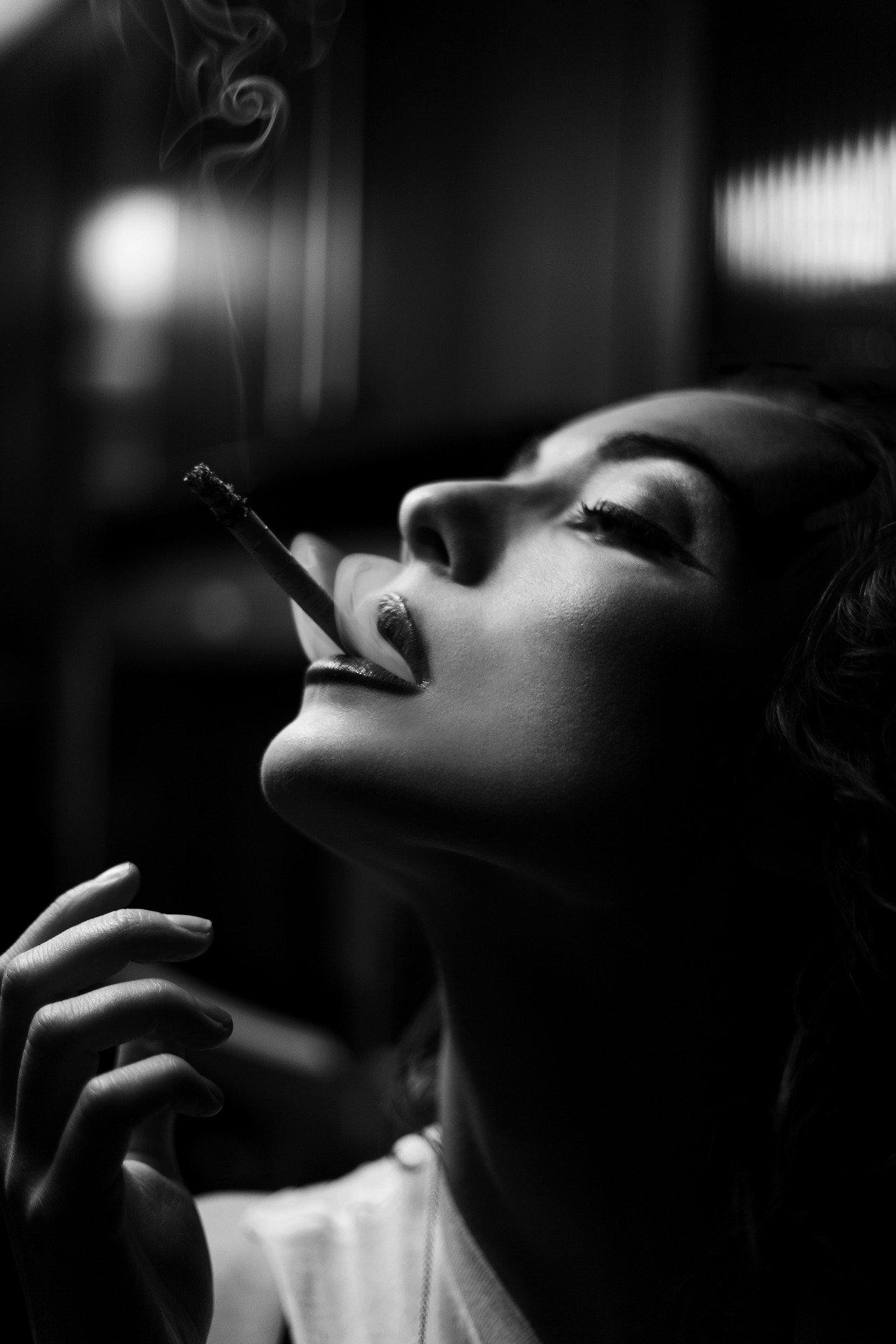 первые четыре красивая девушка курит чем